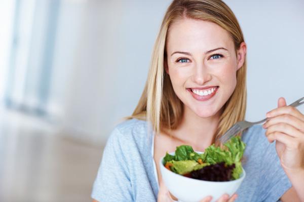 Healthy-woman-eating-salad